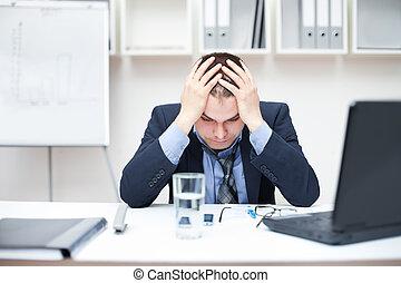 deprimido, jovem, homem negócio, segurando, seu, cabeça, em, escritório