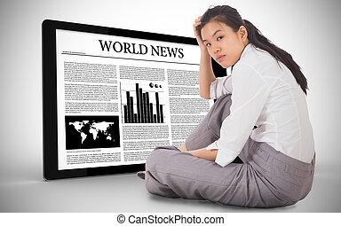 deprimido, mão, digital, notícia, sentando, exibindo, cabeça, tabuleta, executiva, contra, smartphone
