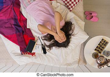 deprimido, mulher, mentindo, cama