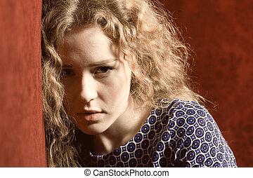 deprimido, triste, joven, pensativo, primer plano, w, enfatizado, retrato