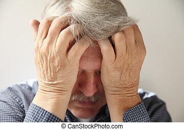 deprimiert, älterer mann
