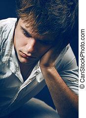 deprimiert, einsam, traurige , junger mann