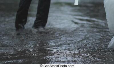 der, braut bräutigam, springen, der, pfütze, regen