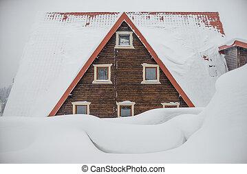 der, dach, von, a, hölzern, house., groß, schnee, drifts., dreieckig, dach, mit, windows.