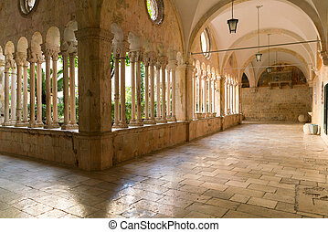 der, dekorativ, spalten, und, bögen, von, der, korridore, von, der, 13. jahrhundert, franziskaner, kloster, in, dubrovnik.