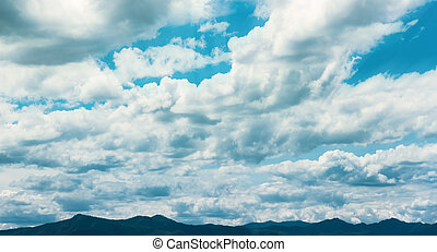 der, himmelsgewölbe, voll, von, wolkenhimmel, oben, mit, berg, linie, darunter