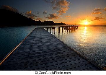 der, landschaftsbild, von, schöne , holzbrücke, mit, sonnenaufgang