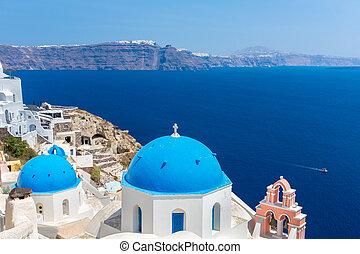 der, meisten, berühmt, kirche, auf, santorini insel, greece., glockenturm, und, kuppeln, von, klassisch, orthodox, griechische kirche, mit, ansicht, von, mittelmeer, und, spinalonga, insel