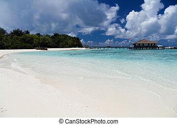 der, sandstrand, mit, blauer himmel, und, wasser- sport, zentrum