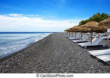 der, sandstrand, mit, schwarz, vulkanisch, steine, an, santorini insel, griechenland