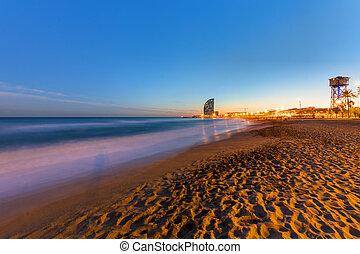 der, sandstrand, von, barcelona, an, sonnenuntergang