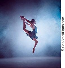 der, silhouette, von, junger, ballettänzer, springende , auf, a, blaues, hintergrund.