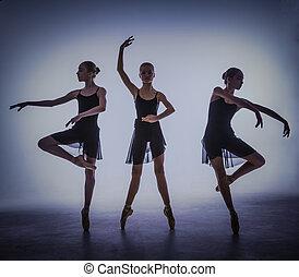 der, silhouetten, von, junger, ballett- tänzer, posierend, auf, a, graue , hintergrund.