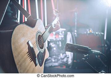 der, studio, mikrophon, musikplatten, ein, akustikgitarre, close-up., schöne , unscharfer hintergrund, von, gefärbt, lanterns.