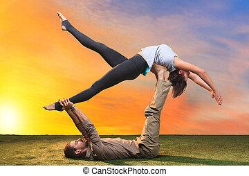der, zwei leute, machen, yogaübungen