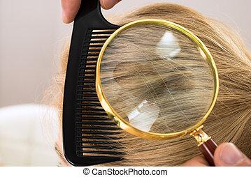 dermatologista, olhar, cabelo loiro, através, lupa