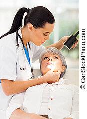 dermatologista, paciente, meio, inspeccionando, pele, envelhecido