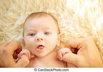 derned, anføreren, hans, far, nyfødt, kigge, mens, kamera, holde baby, smil, liggende