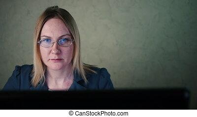 derrière, femme, informatique, lunettes, travaux