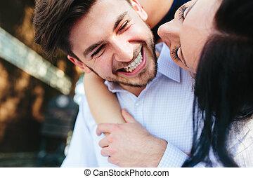 derrière, femme, petit ami, elle, embrasser
