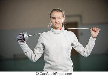derrière, jeune, escrimeur, gymnase, position souriante, elle, épaules, épée, femme