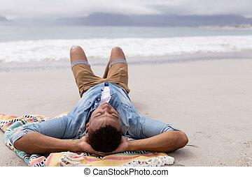 derrière, mains, tête, dormir, homme, plage