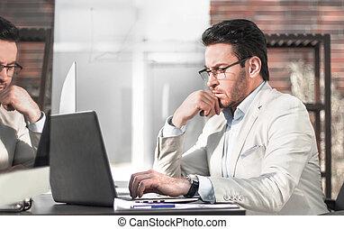 derrière, pensée, homme affaires, wall., bureau, verre