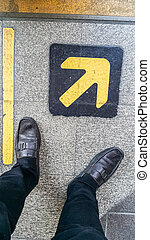 derrière, pieds, bord, debout, ligne jaune, flèche