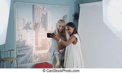 derrièrede la scène, confection, photo, artist., maquillage, séduisant, selfie, shoot:, joli, modèle, noir