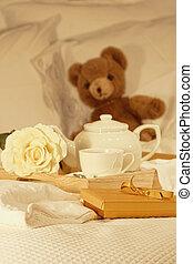 desayuno en cama, con, té, y, regalo