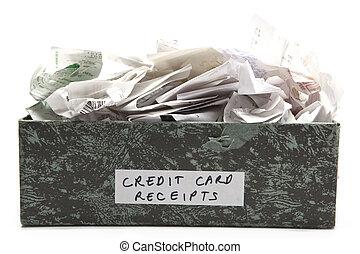 desbordante, caja, de, arrugado, tarjeta de crédito, recibos