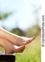 descalço, feets, em, a, natureza, copyspace