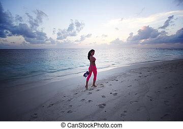 descalço, mulher caminhando, ao longo, a, praia