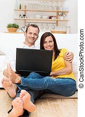 descalzo, pareja joven, relajante, con, un, computador portatil