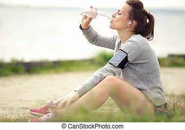 descansar, jogger, água, bottled, femininas, bebendo