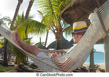 descansar, jovem, rede, feliz, praia, homem