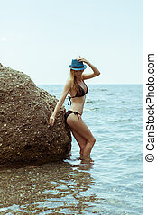 descansar, jovem, rochoso, biquíni, pretas, praia, swimsuit, mulher, bonito, adelgaçar