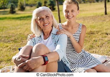 descansar, mulher, dela, alegre, neta, parque, agradável, sênior