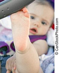 descansar, pé, nu, menina bebê, carrinho criança