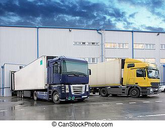 descargar, camión de carga, en, almacén, edificio