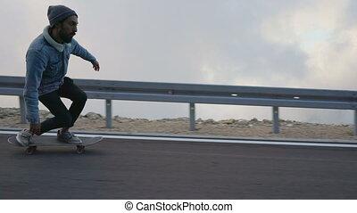 descendant, barbe, homme, campagne, croiser, route, jeune, skateboard, équitation