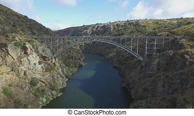 Descending on iron bridge over canyon - Pino Bridge en...