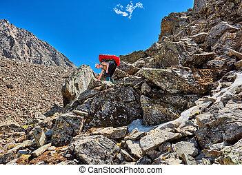 descends, femme, hiking., doucement, sac à dos