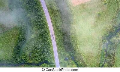 descends, paysage vert, flycam, trafic, route