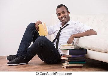 descente, séance, étudier, hommes, pile, gai, appareil photo, plancher, africaine, sourire, home., livre