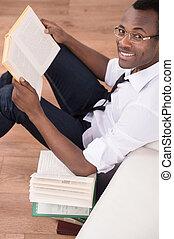 descente, séance, appareil photo, sommet, hommes, gai, creative., livre, plancher, africaine, sourire, pile, intelligent, vue