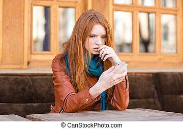 desconcertado, shoked, dama, lectura, mensaje, en, teléfono...