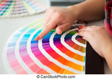 desenhista gráfico, trabalhando, com, pantone, paleta