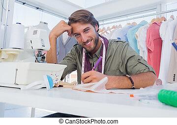 desenhista, seu, feliz, trabalhando, escrivaninha