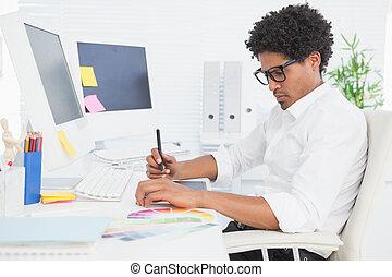 desenhista, seu, hipster, trabalhando, escrivaninha